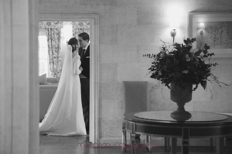 beso de los novios en el interior de la finca-fotografías de boda