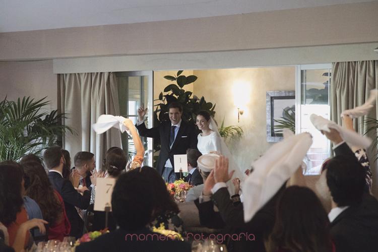 novios festejando la entrada a la zona de mesas-fotografías de boda