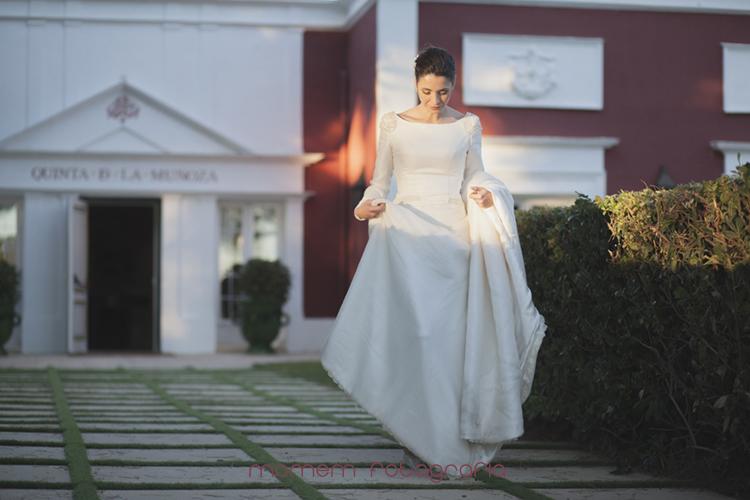 novia saliendo de la finca al jardín-fotografías de boda