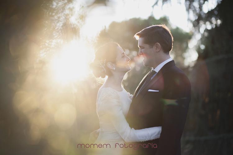 contraluz de los novios abrazados-fotografías de boda