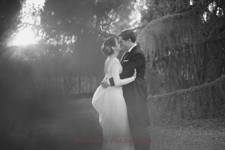 novios en el jardín abrazados-fotografías de boda