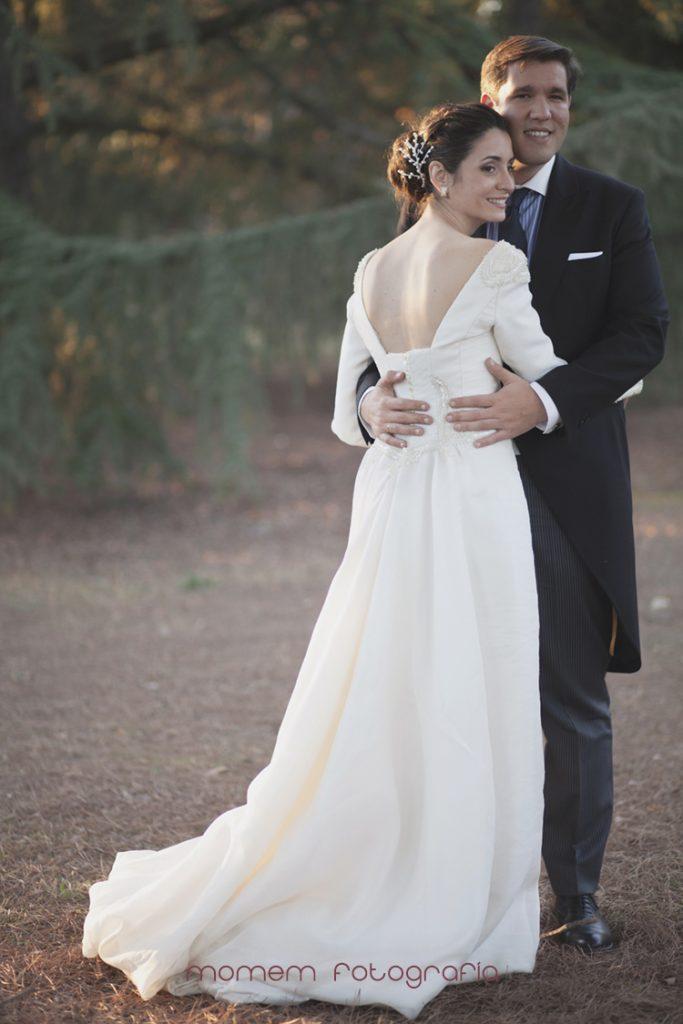 novia de espaldas abraza al novio-fotografías de boda