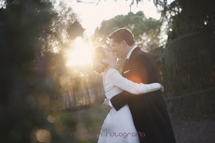 novios se besan y sonríen con sol detrás-fotografías de boda