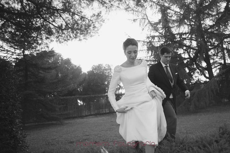 novios de frente caminando-fotografías de boda