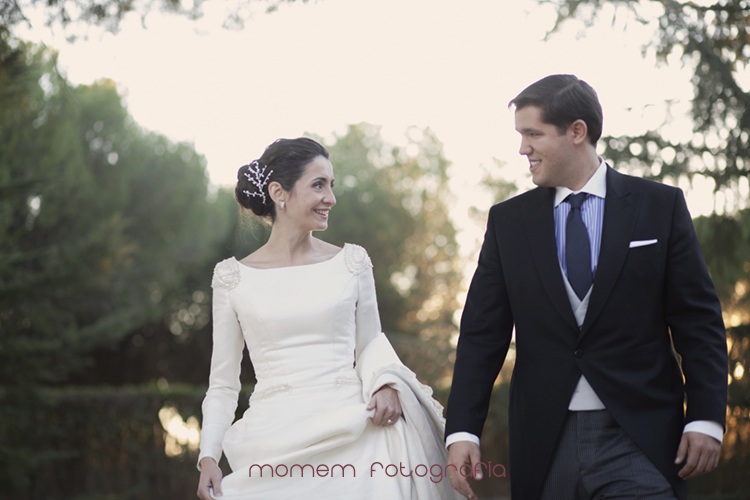 mirada de los novios caminando-fotografías de boda