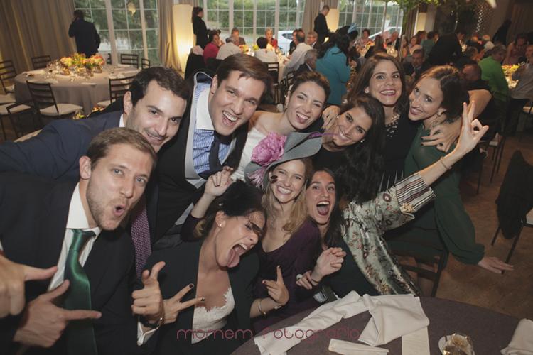 fotografía divertida de novios con amigos-fotografías de boda