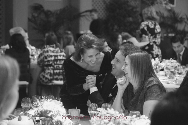 madre novio saludando y sonriendo a pareja de invitados-fotografías de boda