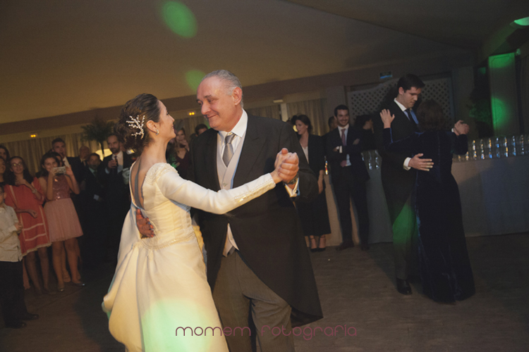 novios bailando con padrinos-fotografías de boda