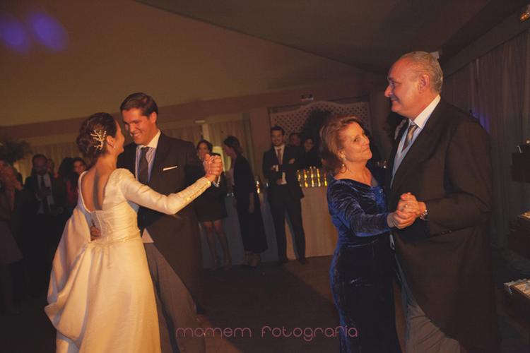 novios bailando juntos y padrinos bailando juntos-fotografías de boda