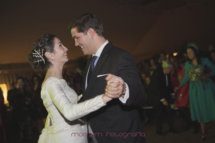 novios bailan y se sonríen-fotografías de boda