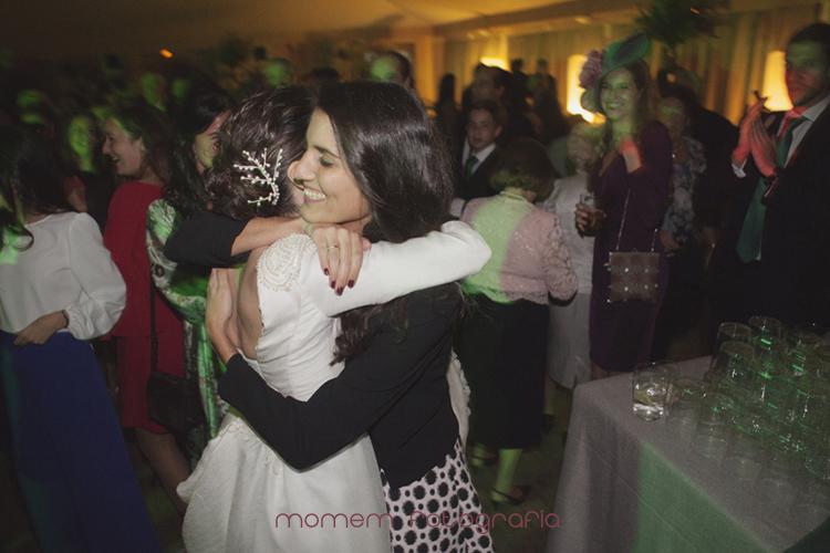 novia abraza a amiga en el baile-fotografías de boda