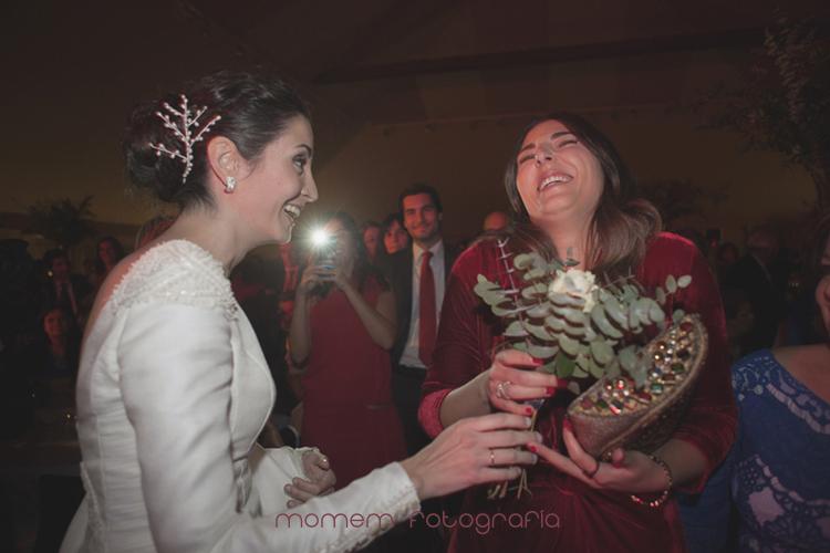 novia da un ramo a una amiga-fotografías de boda