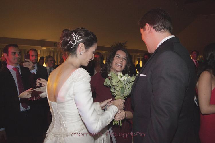 novios entregan ramo a una amiga-fotografías de boda