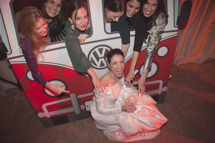 novia con amigas posando y riendo en photocall-fotografías de boda