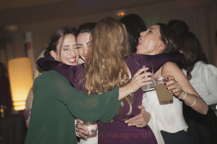 abrazo de varias amigas a la novia-fotografías de boda