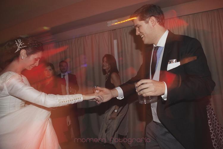 novios bailando de forma divertida-fotografías de boda