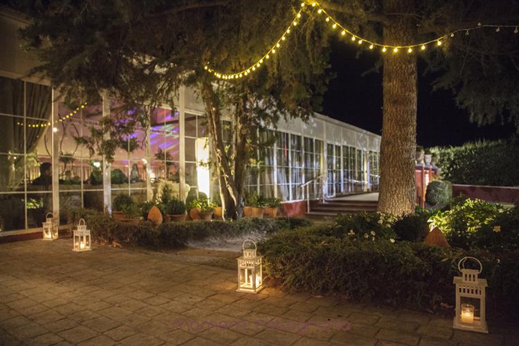 vista del exterior iluminado de noche-fotografías de boda