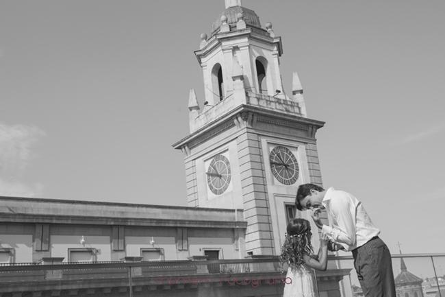 sobrina novio le pone gemelos en la terraza-Fotografías de boda