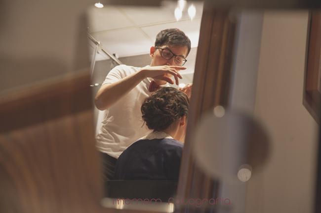 retocando peinado novia a través de un espejo-Fotografías de boda