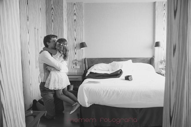 Abrazo del novio a su sobrina en habitación hotel-Fotografías de boda