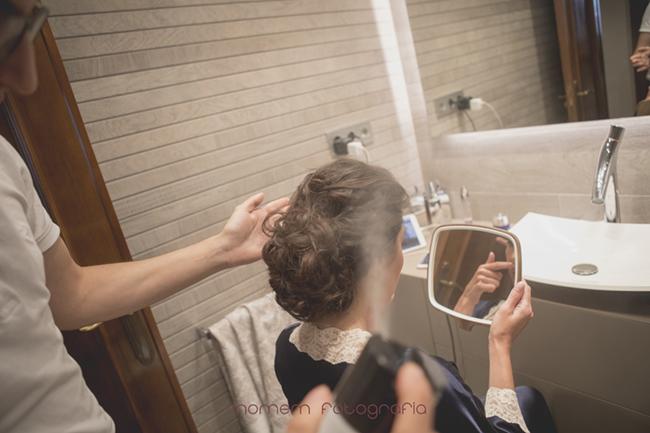 echando laca al recogido de la novia-Fotografías de boda
