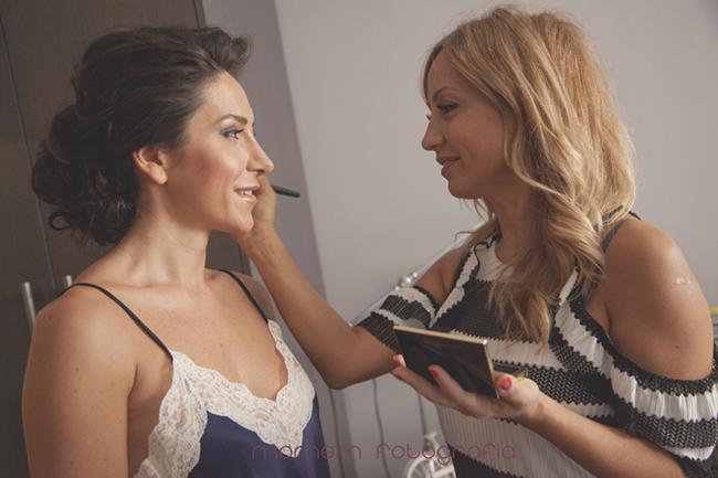 maquillando a la novia-Fotografías de boda