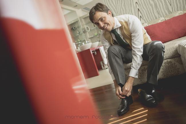 novio poniéndose los zapatos-Fotografías de boda