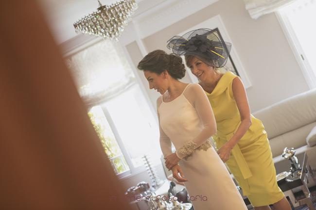 madre de la novia vistiéndola-Fotografías de boda