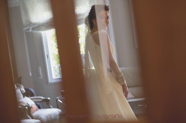 Retrato novia vestida a través de cristal de puerta-Fotografías de boda