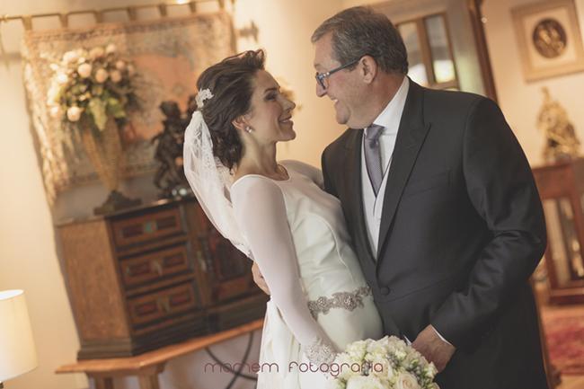 Novia y su padre mirándose-Fotografías de boda
