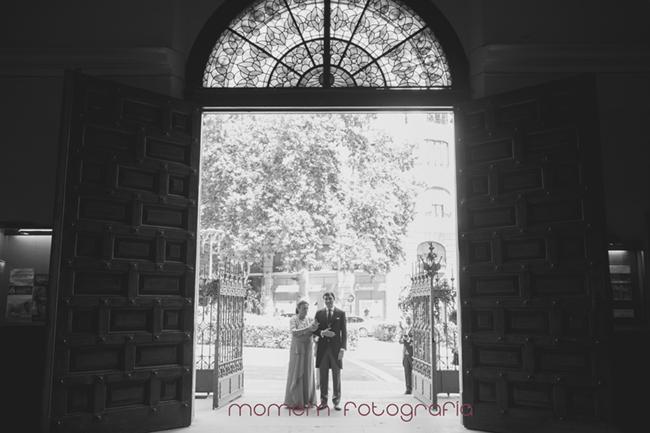 puerta de iglesia con novio y madrina a contraluz-Fotografías de boda