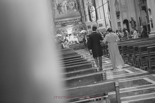 Novio entrando con madrina por detrás-Fotografías de boda