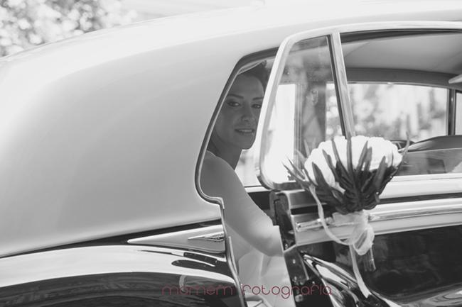 novia dentro de coche-Fotografías de boda
