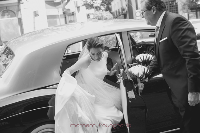 novia saliendo de coche-Fotografías de boda