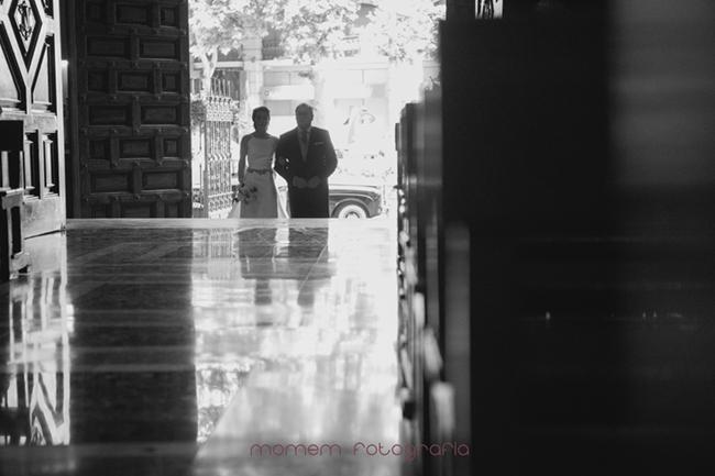novia y padrino puerta iglesia reflejo en el suelo-Fotografías de boda