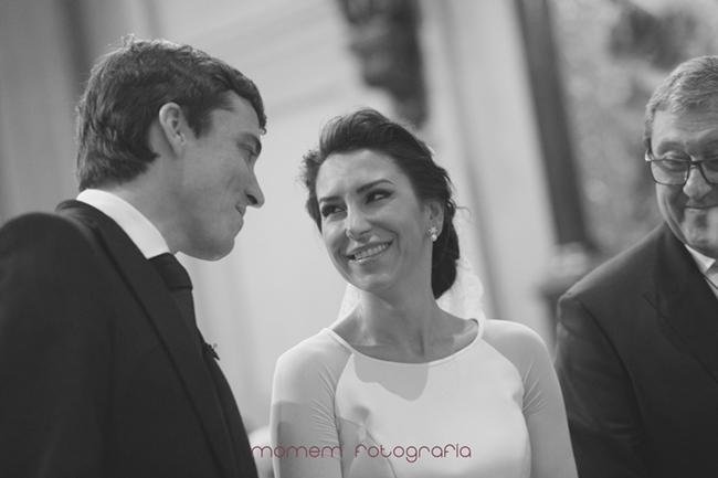 mirada cómplice y sonrisa de novios-Fotografías de boda