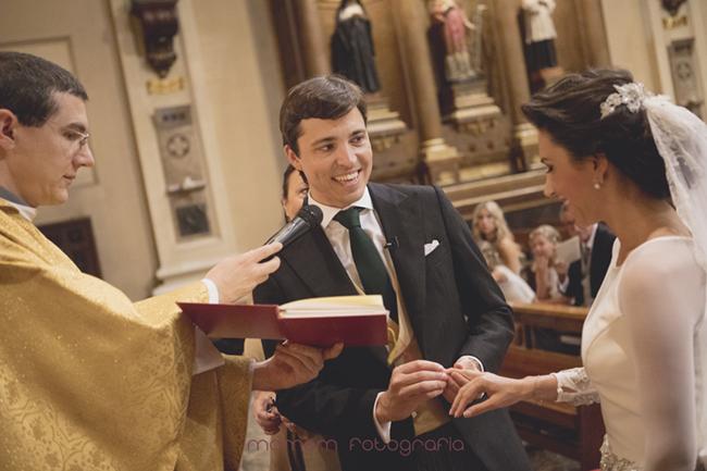 novio poniendo anillo a novia-Fotografías de boda
