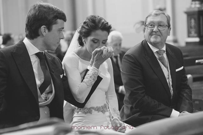 novia besa la mano del novio mientras padrino mira-Fotografías de boda