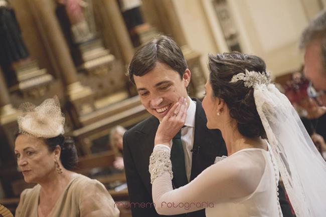 novia acaricia la cara del novio-Fotografías de boda