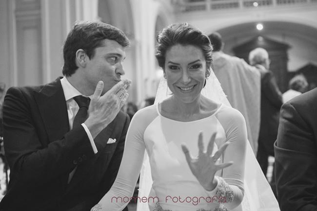 novio lanza beso a invitados y novia saluda a cámara-Fotografías de boda