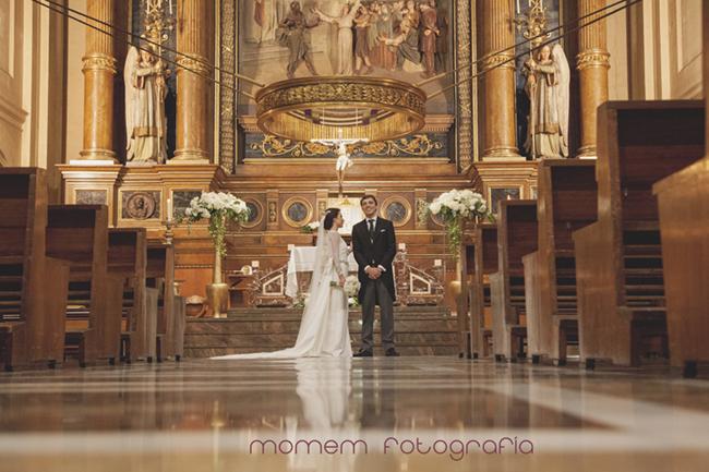 vista general iglesia novia esperan para salir-Fotografías de boda