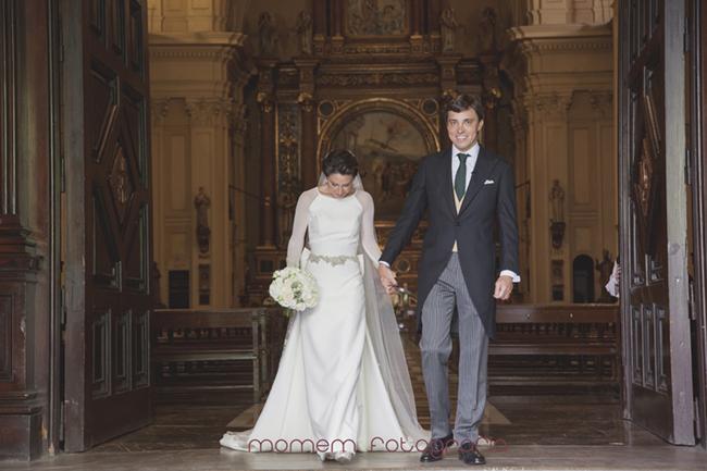 novios en la puerta de la iglesia-Fotografías de boda