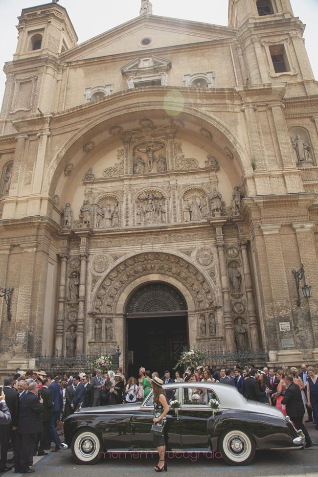 fachada iglesia con gente y coche novios-Fotografías de boda