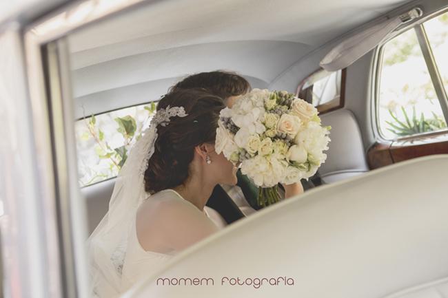 novios dentro de coche ramo tapa cara novia-Fotografías de boda