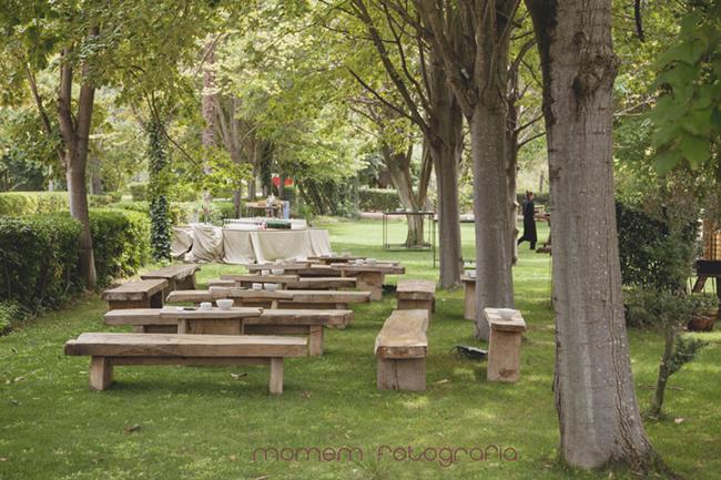 jardín finca boda con bancos de madera-Fotografías de boda