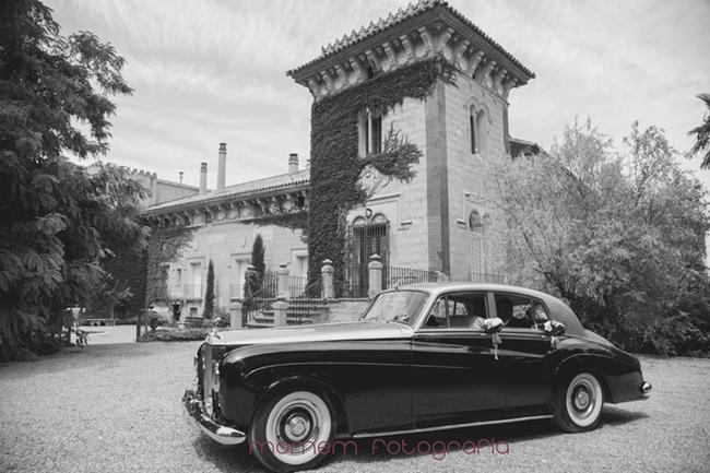Edificio palacio de la finca con coche novios delante-Fotografías de boda