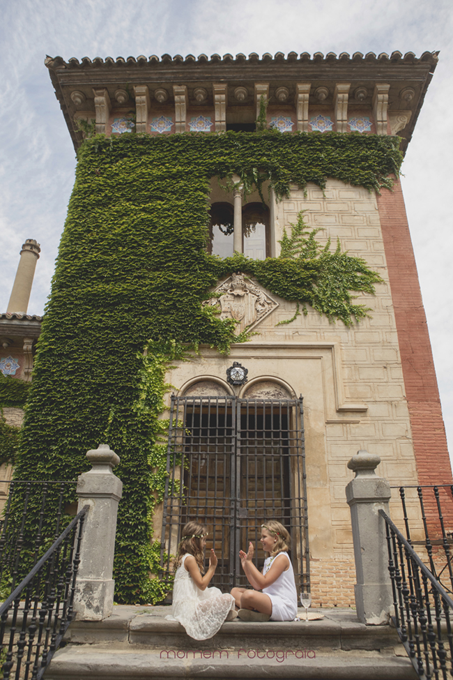 niñas jugando en escalera delante torre Palacio-Fotografías de boda