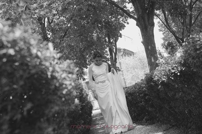 novia caminando por el jardín-Fotografías de boda