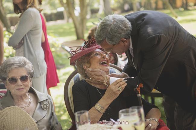 padre de la novia abraza abuela novia-Fotografías de boda