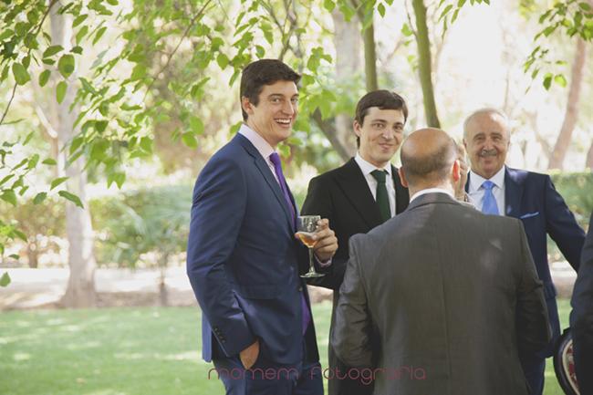 mirada de un invitado que está con el novio-Fotografías de boda